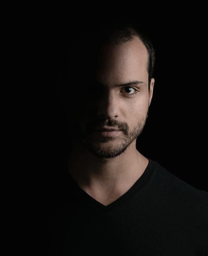 dj mauricio Sitton searching the beat