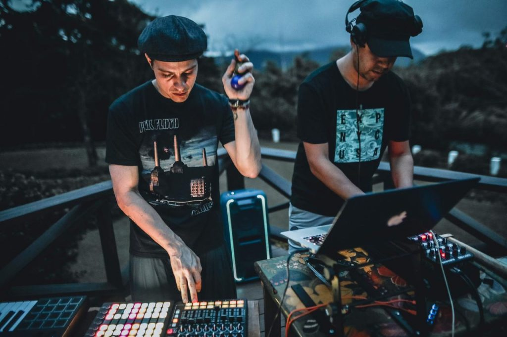 djs music palying